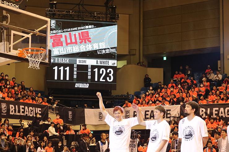 次回の開催地が富山に決まり、拍手をするブースターと、手を上げて喜ぶ富山グラウジーズの宇都(手前左)と大塚(同中央)=熊本県立総合体育館