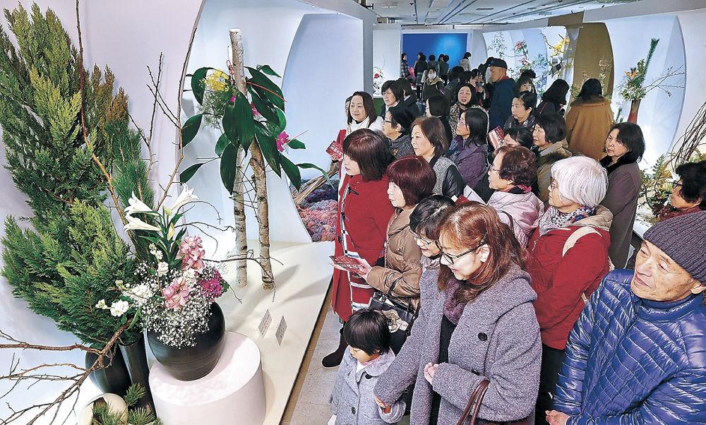 家族連れらで休日のにぎわいとなった会場=金沢市のめいてつ・エムザ8階催事場