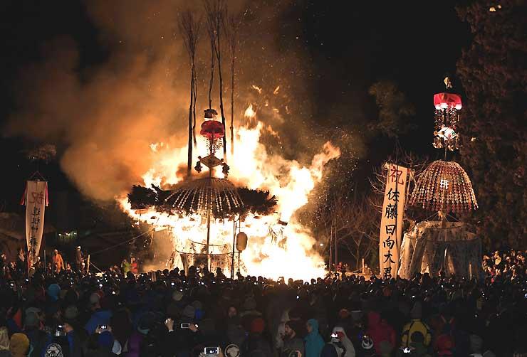 「野沢温泉の道祖神祭り」のクライマックスを迎え、燃え上がる社殿=15日午後10時8分、野沢温泉村