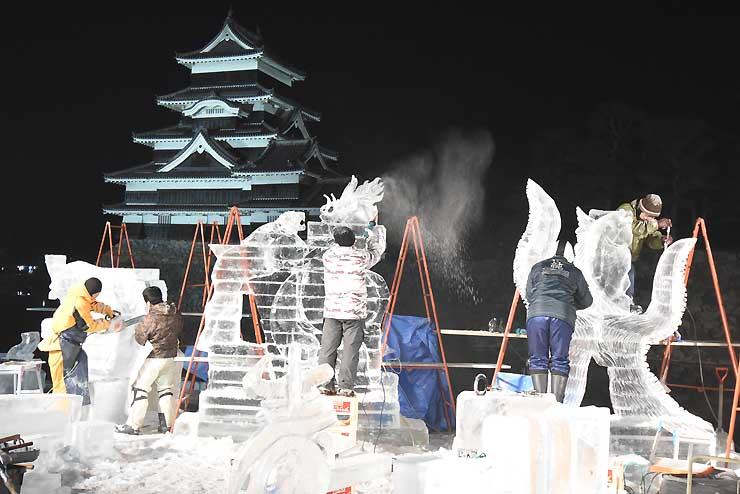 夜を徹して制作するコンクールの参加者=2017年1月22日、松本市の松本城公園