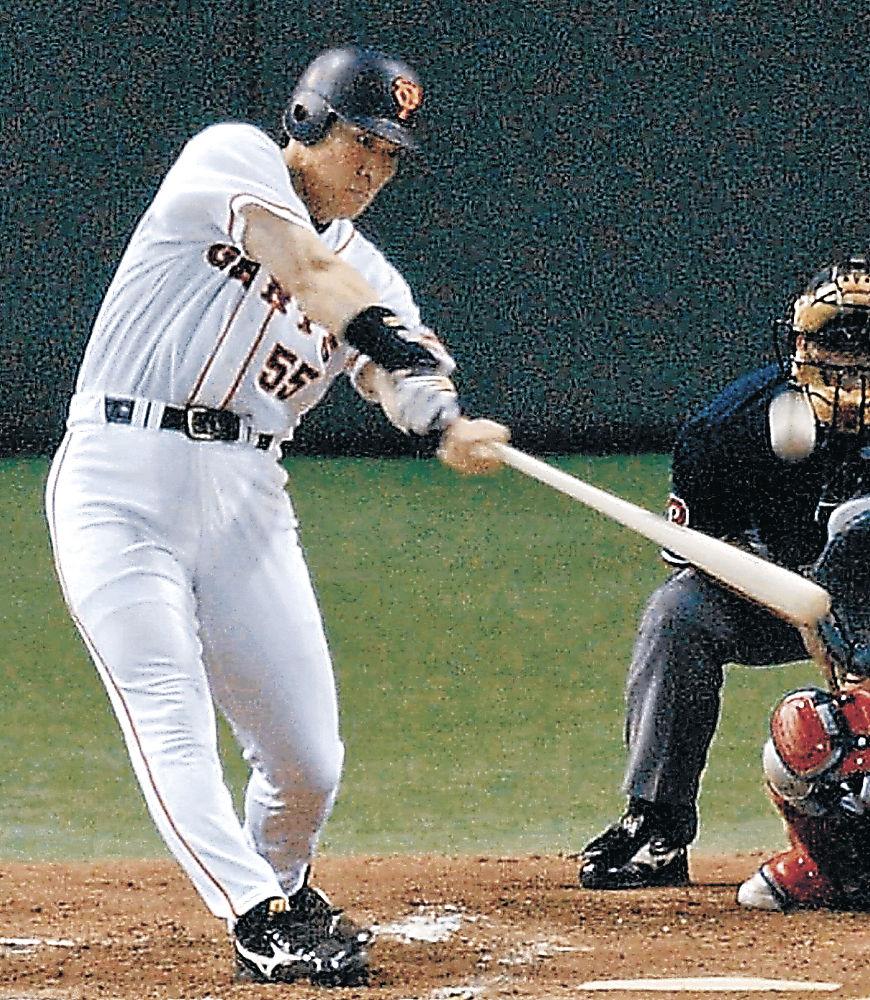 2002年8月、ヤクルト戦で本塁打を放つ巨人時代の松井秀喜氏=東京ドーム