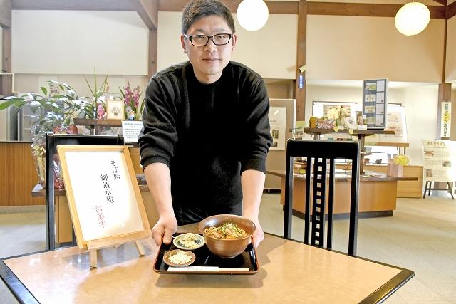 手打ちそばやコーヒー、土産品を販売する御清水庵cafe=16日、福井県越前市の万葉菊花園