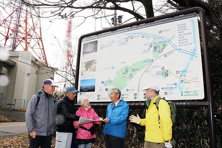 ウオーキングイベントに向け、呉羽丘陵でコース作りを進める松原会長(右から2人目)と今井理事長(同3人目)ら=富山市寺町
