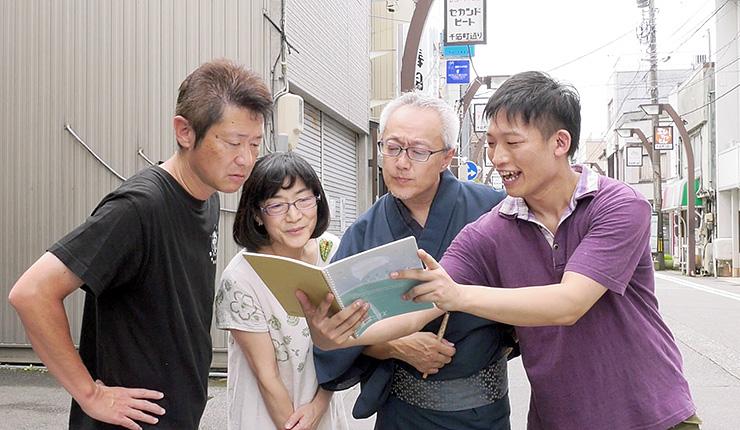 千石町通りの商店主と劇団員が共演した「まちむすび」の一場面