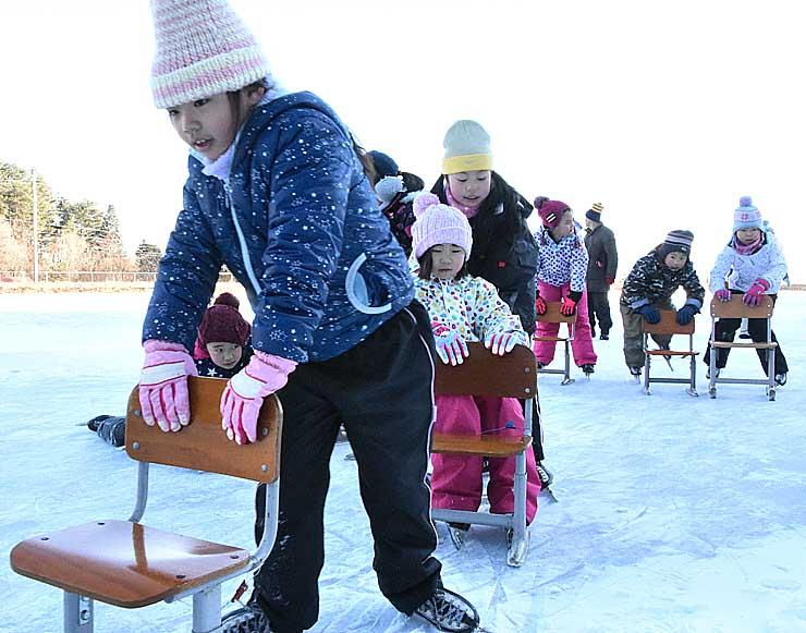 いすを使いながら、一生懸命滑る伊那西小の児童たち
