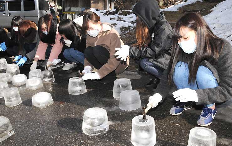 アイスキャンドルを作る信州木曽看護専門学校生たち