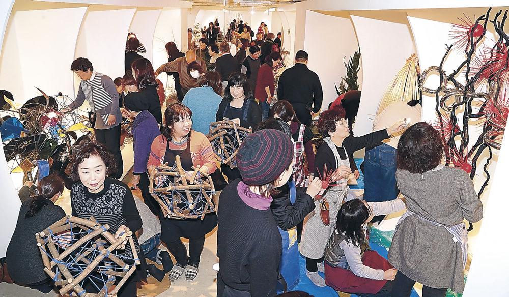 作品制作に打ち込む華道家の気迫に満ちた会場=金沢市のめいてつ・エムザ8階催事場