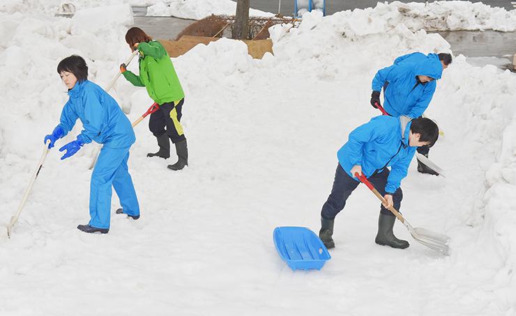 滑り台のコースを整える職員