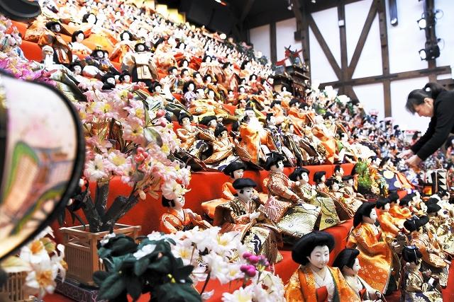 約2千体のひな人形が並ぶ「越前おおのひな祭り」=18日、福井県大野市元町の平成大野屋平蔵