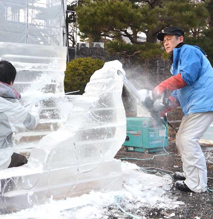 フェスティバルに向けて、早速氷彫の制作に取り掛かる彫刻家