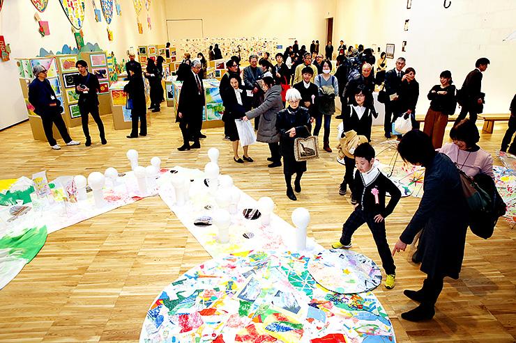 児童生徒が共同制作したカラフルな作品が並ぶ会場=富山県美術館