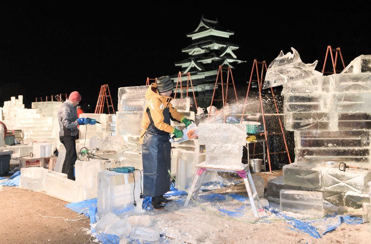 天守を背景に氷像を制作する氷彫コンクール「チャンピオンシップ」の出場者たち