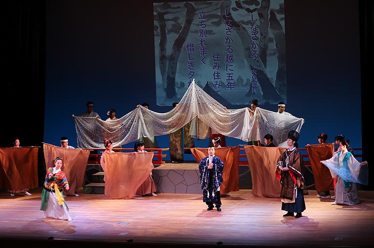 万葉の衣装に身を包み、大伴家持の生誕1300年を記念した舞台を披露する「詩吟・剣詩舞」の出演者=県教育文化会館