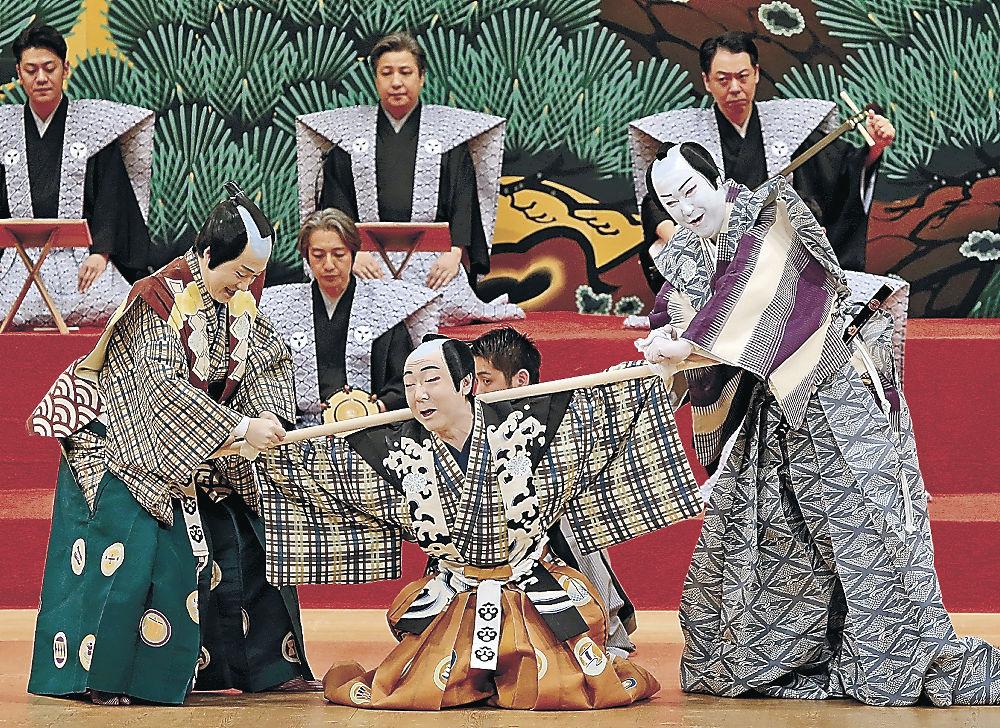 「棒しばり」を演じる出演者=金沢市の県立音楽堂