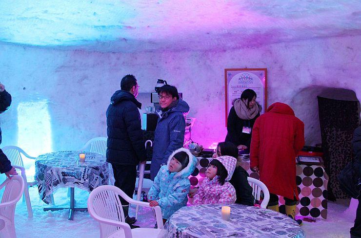 幻想的な照明で彩られる、かまくらカフェの内部=十日町市珠川