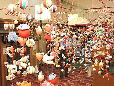 華やか、つるしびな 松川町の宿泊温泉施設に2500体