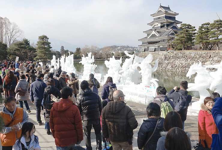 大勢の観光客らでにぎわう国宝松本城氷彫フェスティバル=21日、松本城公園