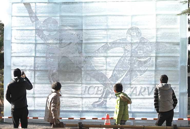 スピードスケート女子の小平奈緒選手を応援する大型作品が人目を引いた