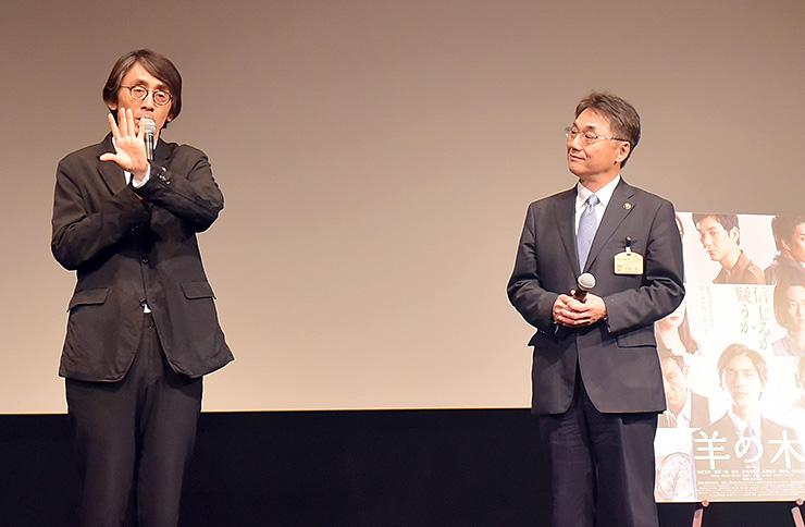 魚津市や映画の魅力について語る吉田監督(左)と村椿市長=新川文化ホール