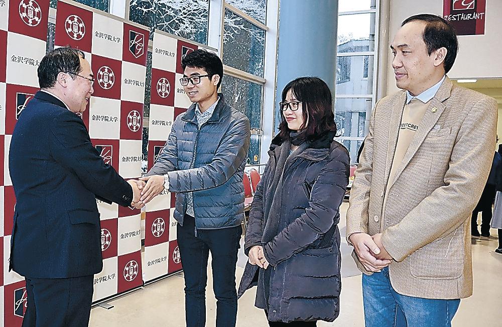 秋山学長(左端)から激励を受ける(左2人目から)ゴックさん、フォンさん、ツーさん=金沢学院大