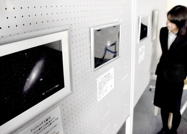 福井県大野市内で撮影した星や月の写真が並ぶ作品展=22日、同市明倫町の福井銀行大野支店