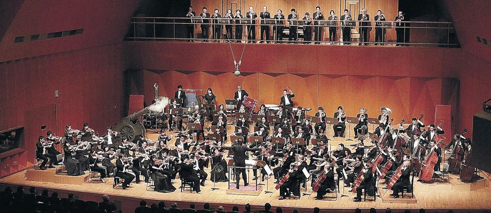 佐渡さんの指揮で迫力の演奏を聴かせた特別大編成の楽団=金沢市の県立音楽堂