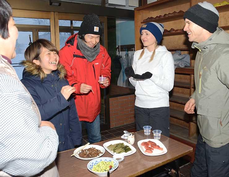 民宿では外国人に自家製の漬物や山菜料理を振る舞った