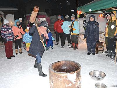 観光客に白馬の「祭り」 外国人と餅つき、地酒振る舞いも