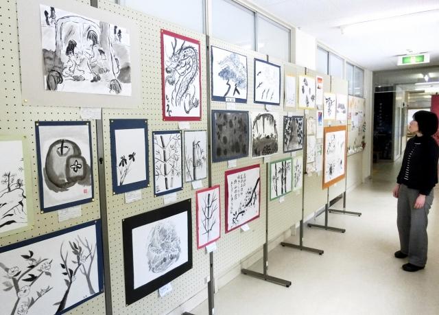 福井県内の児童生徒が描いた墨絵、日本画が並ぶ作品展=24日、坂井市の県教育博物館