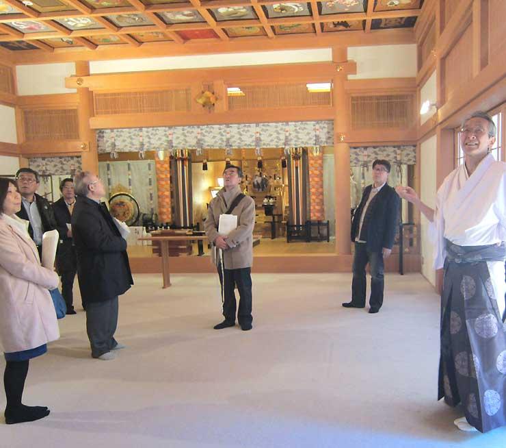 昨年12月のモニターツアーで武田神社の社殿内を見学する上田商工会議所の職員ら=甲府市