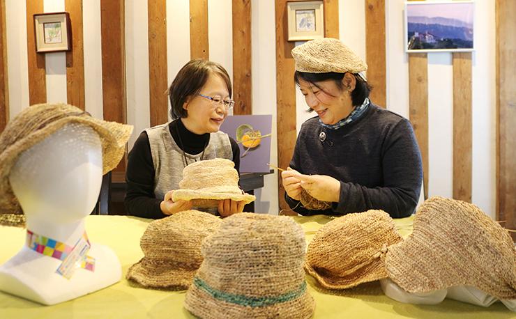 スゲの帽子を手にほほ笑む福田さん(左)と茂古沼さん=さんちょんぴん蔵