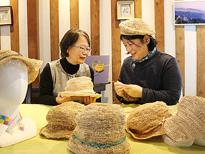 スゲ編み込み帽子製作 「福岡の菅笠」講座の2人