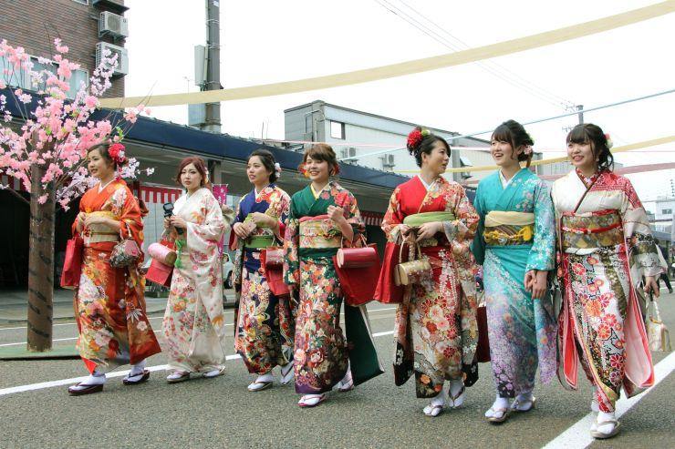 華やかな着物姿が市街地を彩った「十日町きものまつり」昨年の様子