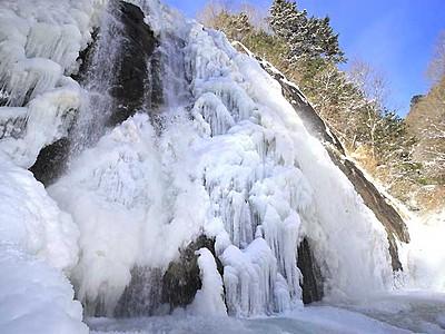 巨大氷瀑、荘厳な姿 高森の不動滝