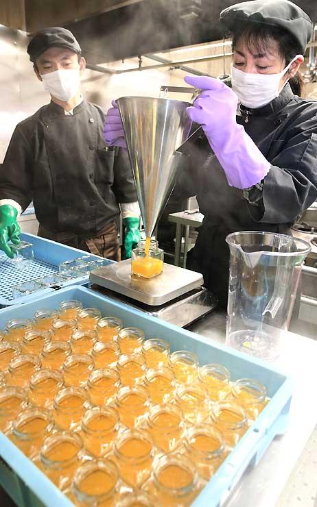 煮詰めたマイヤーレモンの瓶詰め作業を行う治部坂高原ジャム工房の山木さん(左)ら=阿智村浪合
