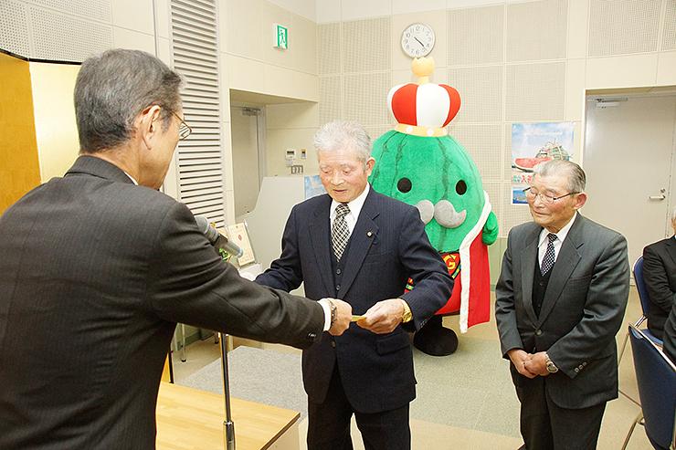 笹島町長から感謝状を受け取る(右から)竹田さんと道又さん