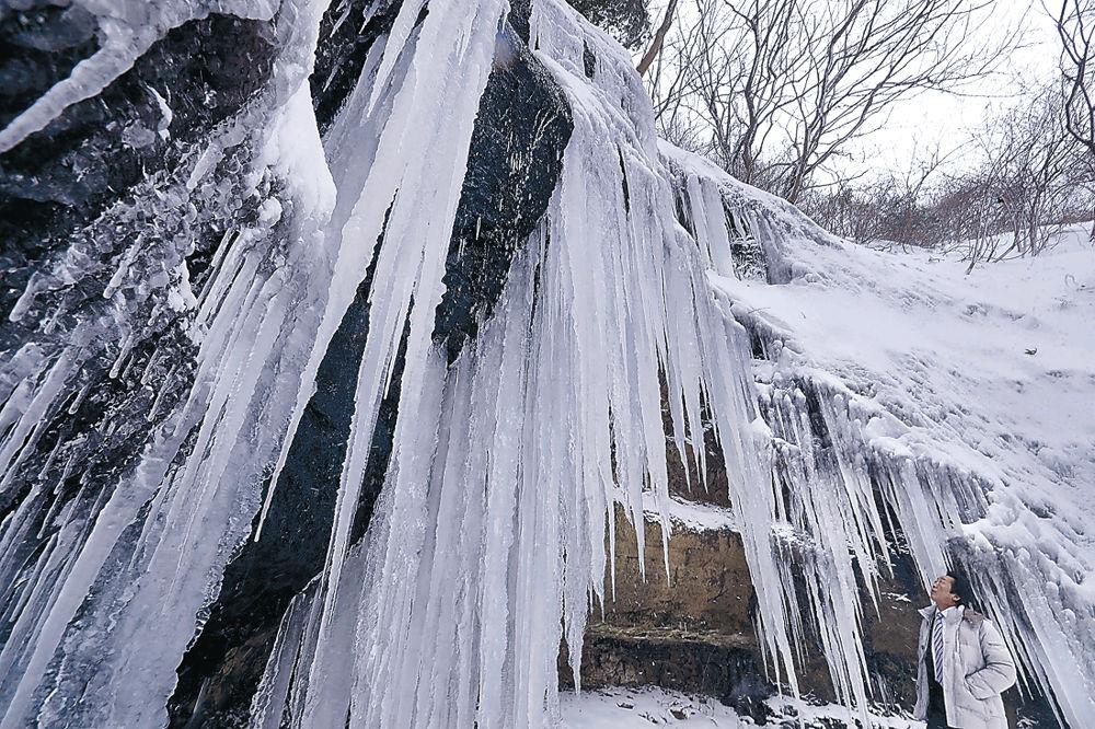 厳しい冷え込みで凍った滝の水=輪島市美谷町