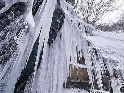 輪島の滝に3メートルのつらら