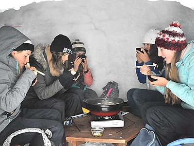 雪の中でも鍋でぽかぽか 飯山「かまくら村」営業開始