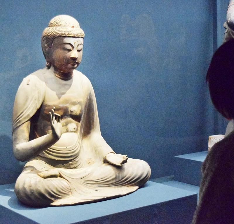 公開されている国分寺の阿弥陀如来坐像=福井県小浜市の県立若狭歴史博物館