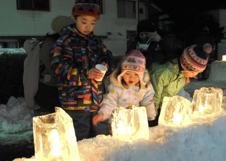 木祖村薮原宿に並んだアイスキャンドルを見る子どもたち