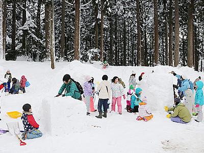 雪の遊園地作り楽しむ 上市で三世代の集い