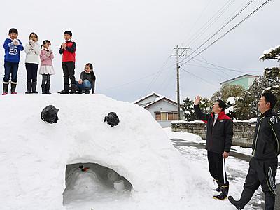 高岡・石塚で雪祭り 巨大かまくらに歓声