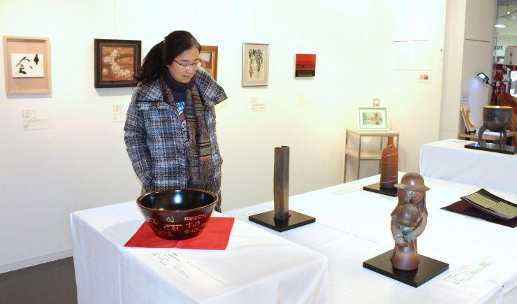 「10」をテーマにした作品が並ぶギャラリー万代島の10周年記念展=26日、新潟市中央区