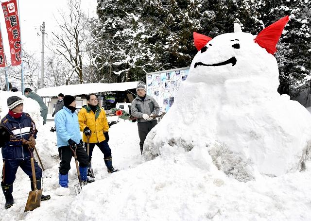 鹿谷町雪まつりのPRにと作られた、はぴりゅうの大きな雪像=28日、勝山市鹿谷町発坂