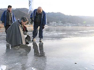 諏訪湖「御神渡り」 早朝観察、今季初の氷上へ