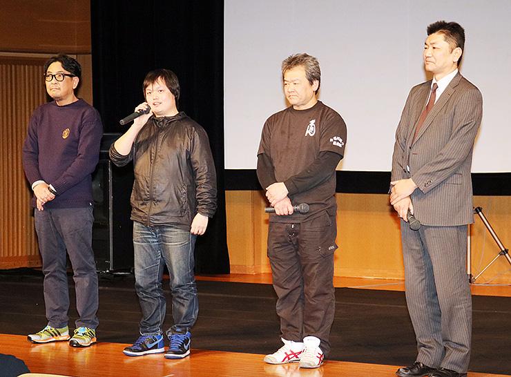 上演前にあいさつする(左から)島倉さん、清水さん、窪田さん、小原さん=北日本新聞ホール