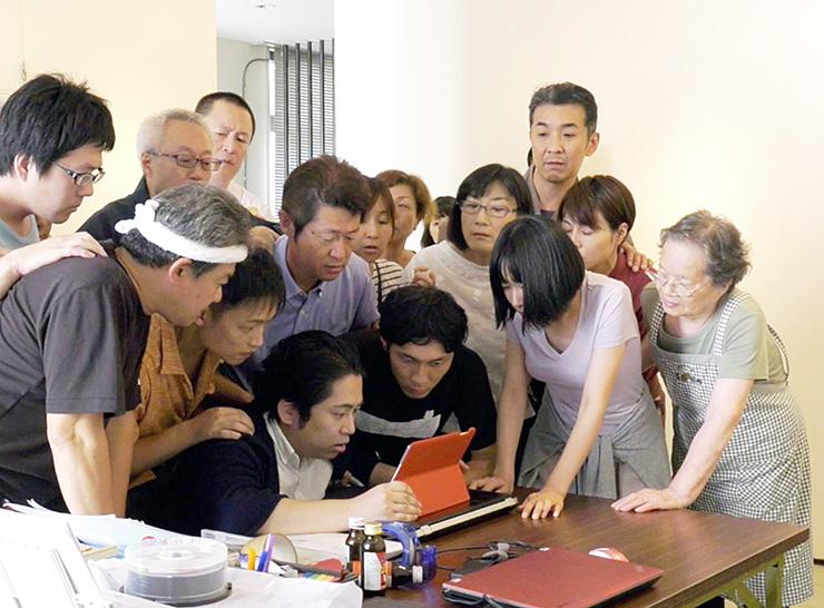 商店主と劇団員が共演した映画「まちむすび」の一場面