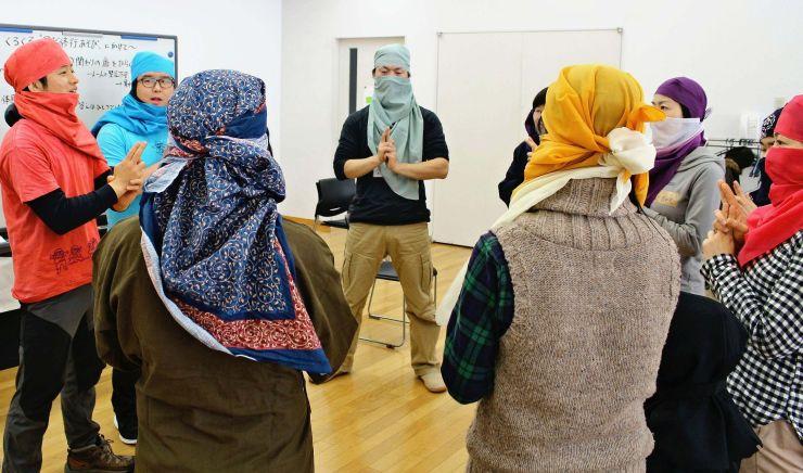 五感を使った「忍者遊び」を学ぶ参加者=柏崎市軽井川