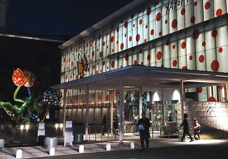 初めての「松本ナイトミュージアム」を開いた松本市美術館=昨年12月22日